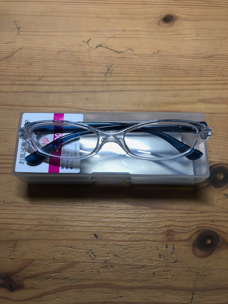 普通のメガネのフォルムです